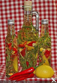 Chili-Knoblauch-Öl mit Rosmarin, Thymian und Zitrone, ein schönes Rezept aus der Kategorie Gewürze/Öl/Essig/Pasten.