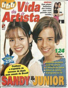 Sandy & Junior : Nesta revista tem muitas fotos Belíssimas de Sandy & Junior <3 Olhem a foto da Capa Linda o cabelo da Sandy olha como prendiam e duas mechas soltas <3 eu sempre tentava fazer igual a Pin mas nunca consegui =(  Ju sempre Lindo <3  ------------ Eu tenho essa revista e adoro todas as fotos <3 | sandylaehjunior