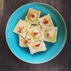 Opération pasta dressée les amis et déjà dégustée 👍😁 une petite assiette de pâtes 🍝 préparez par nos soins 😉🤗 Bon appétit et belle journée à tous 😊  #patefraichemaison #patefraiche #cuisine #cuisinemaison #bonpetitplat #cooking #pauldebauche #onvadéguster #miam #bonapetit #tutocuisine #ravioles #cuisinerenfamille #stayathome #resterchezvous #repasequilibre #blogcuisine Dairy, Cheese, Food, Ravioli, Small Plates, Home Kitchens, Home Made, Amigos, Bon Appetit