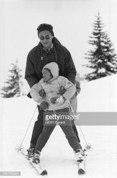 Queen Sirikit And King Bhumibol On Winter Sports In Gstaad En Suisse à Gstaad en janvier 1961 A l'occasion de leurs vacances les souverains de...