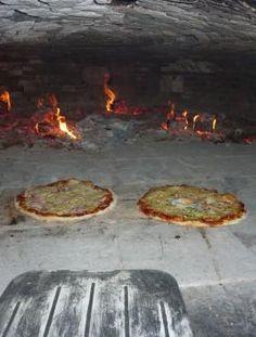 les pizzas dans un grand four de ferme