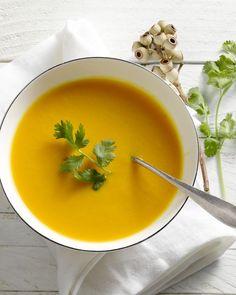 Een klassieke wortelsoep is hartverwarmend op koude dagen. Geef dit voorgerechtje een verrassende twist en combineer de soep met sinaasappel: heerlijk.