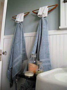 Perchas utilizadas como toalleros de baño