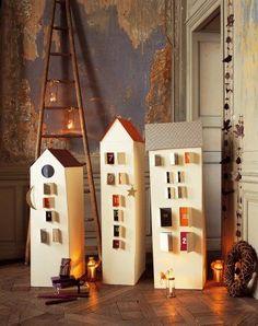 De jolies maisons en cartons avec 25 fenêtres surprise.
