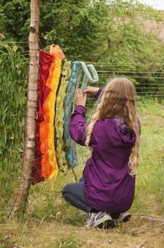 Ring a tree cookie with a perimeter of tiny tacks to make – natural playground ideas Weaving Projects, Weaving Art, Loom Weaving, Land Art, Natural Playground, Playground Ideas, Forest School, Yarn Bombing, Nature Crafts