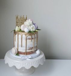 Happy Birthday Yichen ♡♡ Cute birthday cake with naked cake finish, macarons, gold crown and flowers Cute Birthday Cakes, Beautiful Birthday Cakes, Beautiful Cakes, Amazing Cakes, Happy Birthday, Birthday Cake Crown, Birthday Ideas, Pretty Cakes, Cute Cakes