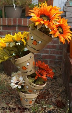 These topsy tervy scarecrow pots are the perfect fall decoration. So easy to…