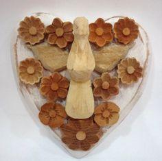 Coração de madeira com divino