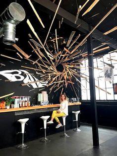 Il y a quelques mois, nous vous présentions le travail typographique de l'artiste suisse Cyril Vouilloz aka Rylsee (pour retrouver l'article, cliquez ici). Il signe, en collaboration avec l'artiste français Thomas Broquet aka Brokovich, une magnifique installation chez Ride The Wall à Genève.