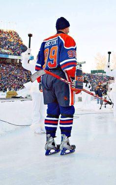 Wayne Gretzky-2003 Heritage Classic Bruins Hockey, Ice Hockey, Penguins Players, Hockey Posters, Hockey Pictures, Hockey Boards, Connor Mcdavid, Hockey Rules, Wayne Gretzky