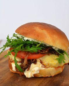 Merguez-Burger mit Sowas-wie-Wunderteig-Buns - und mit  karamellisierten Zwiebeln, allem was lecker ist (Aioli!) und frustbefreiender Wirkung, wirklich!
