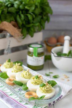 Uova sode ripiene con formaggio e pesto | Mamma Gy Mamma, Antipasto, Finger Foods, Pesto, Breakfast, Menu, Dolce, Terra, Cocktail