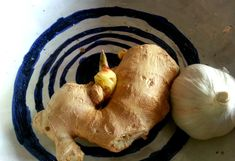 <p>Garlic and ginger are two foods you can actually grow at home if you want. All you need is a little patience and these tips!</p>