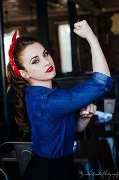 """Pin-up shot, reminiscent of the WW II era """"Rosie the Riveter/We Can Do It"""" posters. Model looks a lot like a young Madonna. Pin Up Vintage, Pin Up Retro, Look Retro, Look Vintage, Vintage Girls, Vintage Photos, Vintage Senior Pictures, 50s Look, 50s Vintage"""