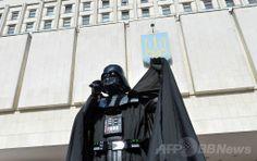 ウクライナ首都キエフ(Kiev)の中央選挙管理委員会の事務所前で行われたデモで演説する、「ダース・ベイダー(Darth Vader)」に扮(ふん)して大統領選への出馬を表明した男性(2014年4月3日撮影)。(c)AFP/SERGEI SUPINSKY ▼4Apr2014AFP 「ダース・ベイダー大統領」の夢破れる、次は露大統領選へ?ウクライナ http://www.afpbb.com/articles/-/3011738 #Ukraine #Ucrania #Kiev #DarthVader