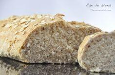 Receta casera de pan de avena hecho con harina integral y con avena en copos. Con unas tostadas de este pan tendremos un desayuno diferente ¡y delicioso!