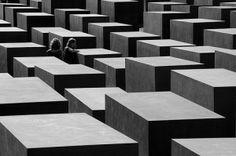 Le Mémorial de l'Holocauste de Berlin, situé à Mitte sur un terrain de l'ancien no man's land qui longeait autrefois le Mur, près de la porte de Brandebourg, est l'étonnant monument de Berlin consacré à l'Holocauste, dédié aux victimes juives du génocide perpétré par les Nazis durant la Seconde Guerre mondiale.