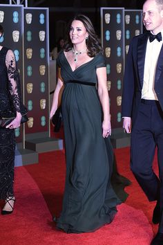 18 February 2018 - William and Kate attend the BAFTA Awards in London - dress by Jenny Packham Kate Middleton Family, Kate Middleton Stil, Estilo Kate Middleton, Duchess Kate, Duke And Duchess, Duchess Of Cambridge, All Black Dresses, Olive Green Dresses, Kate Midletton