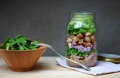 Salada de atum, ervilhas e croutons no pote