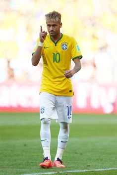 BELO HORIZONTE, BRAZIL - JUNE 28: Neymar of Brazil celebrates after defeating Chile in a penalty shootout during the 2014 FIFA World Cup Brazil round of 16 match between Brazil and Chile at Estadio Mineirao on June 28, 2014 in Belo Horizonte, Brazil. (Photo by Jeff Gross/Getty Images)