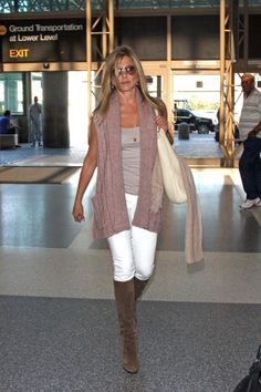 Jennifer Aniston Photos - Jennifer Aniston leaves town in a hurry after stories of an illicit affair surface. - Jennifer Aniston at the Airport Fashion Mode, Look Fashion, Autumn Fashion, Fashion Outfits, Fashion Weeks, Fashion Tips, Estilo Jennifer Aniston, Jenifer Aniston, Casual Outfits
