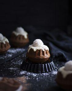 Raffaello Minigugelhupfe - Bites of Delight Kakao, Desserts, Recipes, Food, Raffaello, Coconut Flakes, Oven, Yummy Food, Postres