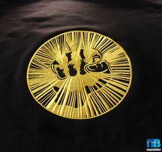 Вышивка на толстовке золотой эмблемы Gazgolder