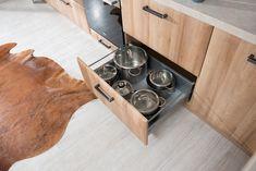 Novinka 2018. Kuchyňa LEANDRA vo farebnom vyhotovení Dub mountain. Dog Bowls, Mountain, Mountaineering