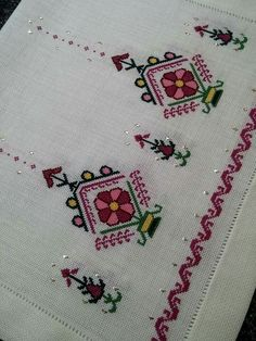 This Pin was discovered by Sey Cross Stitch Embroidery, Hand Embroidery, Machine Embroidery, Cross Stitch Designs, Cross Stitch Patterns, Creative Embroidery, Linen Napkins, Brick Stitch, Bargello
