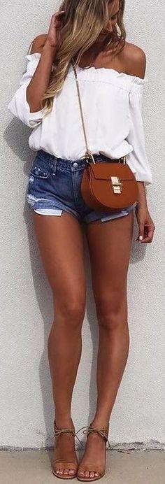 Meninas,tem peça mais curinga para usar no verão do que o bom e velho shorts jeans?? Esse querido nunca sai de moda, é mega confortável e combina absolutamente com qualquer parte de cima!Então pa…