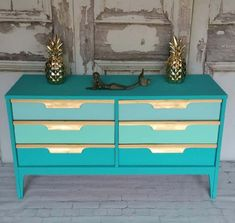 This Gold & Teal Dresser is ocean-inspired and fit for a mermaid. Tracey uses lovely Heirloom Tradition's paints on this mid century mod furniture makeover Mod Furniture, Furniture Makeover, Silver Paint Walls, Teal Dresser, Metallic Painted Furniture, Mid Century Modern Dresser, Home Trends, Interior Decorating, Room Decor