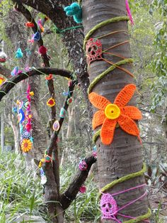 Yarn Bombing by Coletivo Agulha Parque Buenos Aires - São Paulo - SP - Brazil… Knit Art, Crochet Art, Crochet Patterns, Yarn Bombing, Crochet Amigurumi, Tree Art, Knitting Yarn, Textile Art, Garden Art
