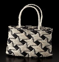 Kete Whakairo – Tātai Whetū ki te Rangi by Sonia Snowden, Māori artist Flax Weaving, Weaving Art, Weaving Patterns, Basket Weaving, Hand Weaving, Polynesian Designs, Maori Designs, Paper Basket, Basket Bag
