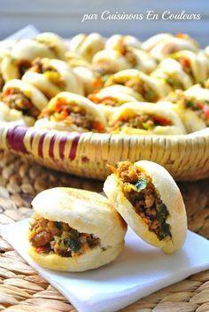 Batbouts à la viande hachée et aux poivrons - Cuisinons En Couleurs Moroccan Bread, Carne Picada, Ramadan Recipes, Ramadan Meals, Snacks Für Party, Snacks Pizza, High Tea, Finger Foods, Food Inspiration