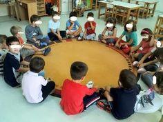 καθίσαμε σε κύκλο .Πήραμε ένα κουτί και βάλαμε μέσα όλα τα ονόματα των παιδιών Όσο η μουσική έπαιζε,  το κουτί περνούσε από χέρι σε χέ... First Day Of School, Back To School, Primary School, Poker Table, Cleaning Hacks, Kindergarten, Friendship, Education, Blog