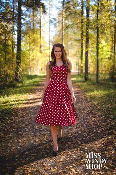 Fallen leaves (c) misswindyshop.com #dress #polkadot #red #circledress #vintage #fifties #autumn #dressrevolution #everydayisadressday #mekkovallankumous