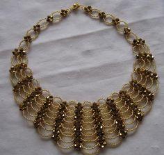 BAYANLARA KUM BONCUKTAN KOLYE YAPIMI RESIMLI : Moda Giyim Modelleri Nigerian Beads, Ivory Wedding, Beading Tutorials, Bead Weaving, Jewerly, Bracelets, Rings, Beaded Necklaces, Gold
