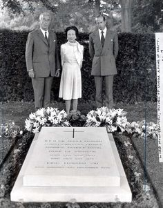 The Duchess of Windsor, seen here in 1972 with Lord Mountbatten and the Duke of Kent at the grave of Edward VIII. Prince Harry Of Wales, Prince Harry And Megan, Edward Viii, King Henry Viii, Queen Victoria Family Tree, Princess Diana Funeral, Victoria Prince, House Of Windsor, Duke Of York