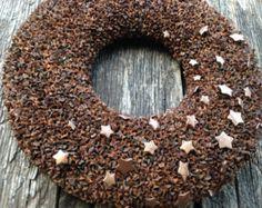 Deze krans is gemaakt van pinecones en moss.  Externe diameter 37cm (16,5 inch) Interne diameter-12 cm (5 inch) Dikte - 6 cm (3 inch)  Dank u voor het bekijken van mijn object! Vrolijke en warme vakantie hebben