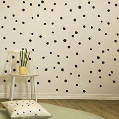 Hele leuke decoratieve muurstickers in de ;vorm van ongelijke stippen. ;Makkelijk op de muur te plakken en helemaal naar eigen idee op de muur te verspreiden. Een hele leuke en makkelijk manier om ;je muur een nieuwe look te geven.Kleur: zwartSpecificaties: in 1 verpakking zitten 84 stippen van verschillende afmetingen.Maat van de verpakking 28 cm x 31 cm.Merk: Chispum