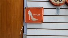 Placa sanitário feminino.