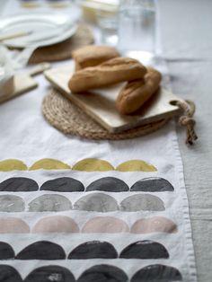 DIY Printed Table Runner via DesignSponge Potato Print, Potato Stamp, Stencil, Impression Textile, Printed Napkins, Linen Napkins, Diy Accessoires, Fabric Stamping, Table Runner Pattern