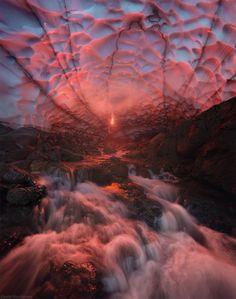Dans la cave de glace sous un volcan à Kamtchatka