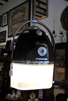 Antiguo secador de pelo profesinal de peluquería HENRY COLOMER que hemos reciclado en lámpara de salón. Precio: 275€