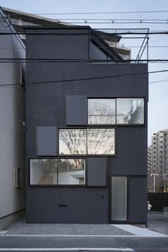 Ce site étroit en plein Osaka est entouré d'immeubles. La demande du client était de vivre tout en appréciant la rivière Yodo circulant juste en face et de profiter de la compétition annuelle de feux d'artifice sur la rivière Yodo depuis le toit-terrasse.  C'est pourquoi les architectes ont imaginé de petites ouvertures en spirale du sol jusqu'au 2e étage. La vue sur la rivière, la rue et le ciel, depuis l'espace de vie, augmente de volume sans entrer en collision avec le regard de…