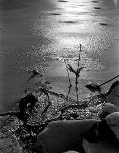 Gefrorenes Spreewasser, 1953 Juergen/Timeline Images #Berlin #50er #50s #Spree #Fluss #Wasser #gefroren #black #white #shadow #photography #mood #Atmosphäre #Licht #Schatten #schwarz #weiß #Fotografie #historisch #historical #traditional #traditionell #retro #nostalgic #Nostalgie #Stimmung