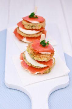 Zum Mitnehmen bitte: Quinoa-Zucchini-Taler mit Zitronen-Frischkäse-Creme und geräuchertem Wildlachs*