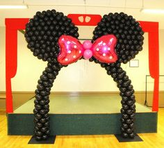 Minnie Mouse Balloon Arch.  I so want to do one of these. Any takers?