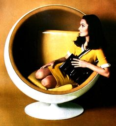 Jardin des Modes, December 1968, Chair by Roche et Bobois, handbag by Dofan
