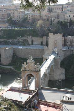Puente de San Martín. Toledo. De estilo múdejar. El puente de San Martín fue construido originalmente en el siglo XIII,a tomando el nombre de la parroquia a cuya jurisdicción pertenecía: San Martín. En su construcción es probable que se tomara como modelo el puente de Alcántara, aunque tuvieron que proyectarse más ojos por la mayor anchura del Tajo en este punto de su curso.